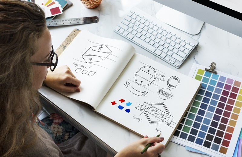 grafica che progetta un logo